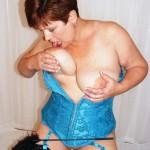 Elle lèche ses gros seins